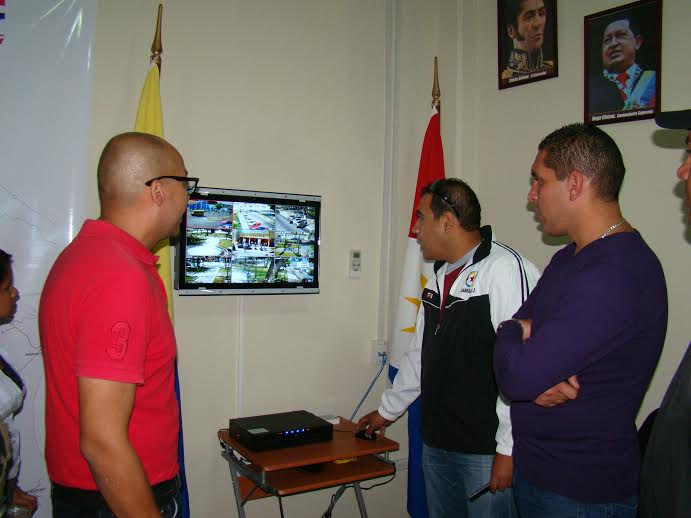 El alcalde junto al secretario de Seguridad Ciudadana inspeccionaron la sala de monitoreo del sistema de televigilancia del corredor Plaza Sucre